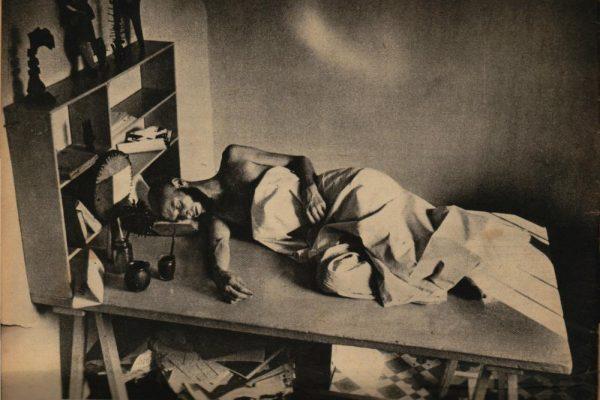 Parrilla acostado en una mesa, tapado y con un libro como almohada