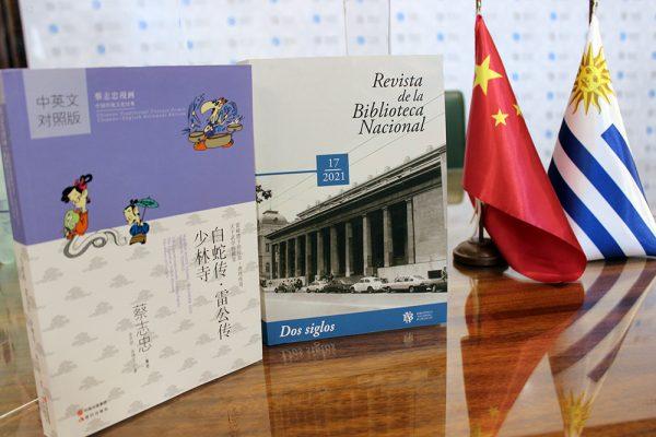 libro de china, libro de uruguay, bandera de china y bandera de uruguay.